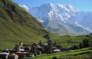 石の塔が点在するウシュグリ村からのシハラ峰