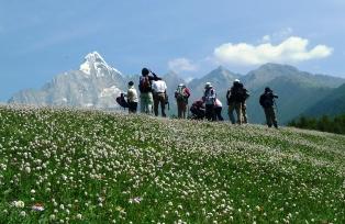 四姑娘山を眺めながら花の稜線を行く