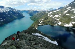 左がイェンデ湖、右がイェンデ湖よりも400mも高いベス湖