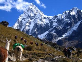 鋭鋒タウリラフを仰ぎつつ、ウニオン峠(4,570m)付近をいく