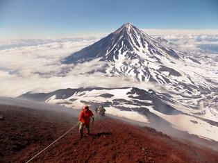 アバチャ山山頂直下の急登りを進む、背後はカリャーク山