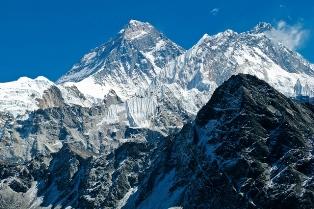 ゴーキョ・ピークからエベレスト(中央)とヌプツェ(中央右)、ローツェ(右)