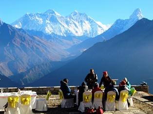 エベレスト山群を眺めながら、コンデ・ロッジで朝食