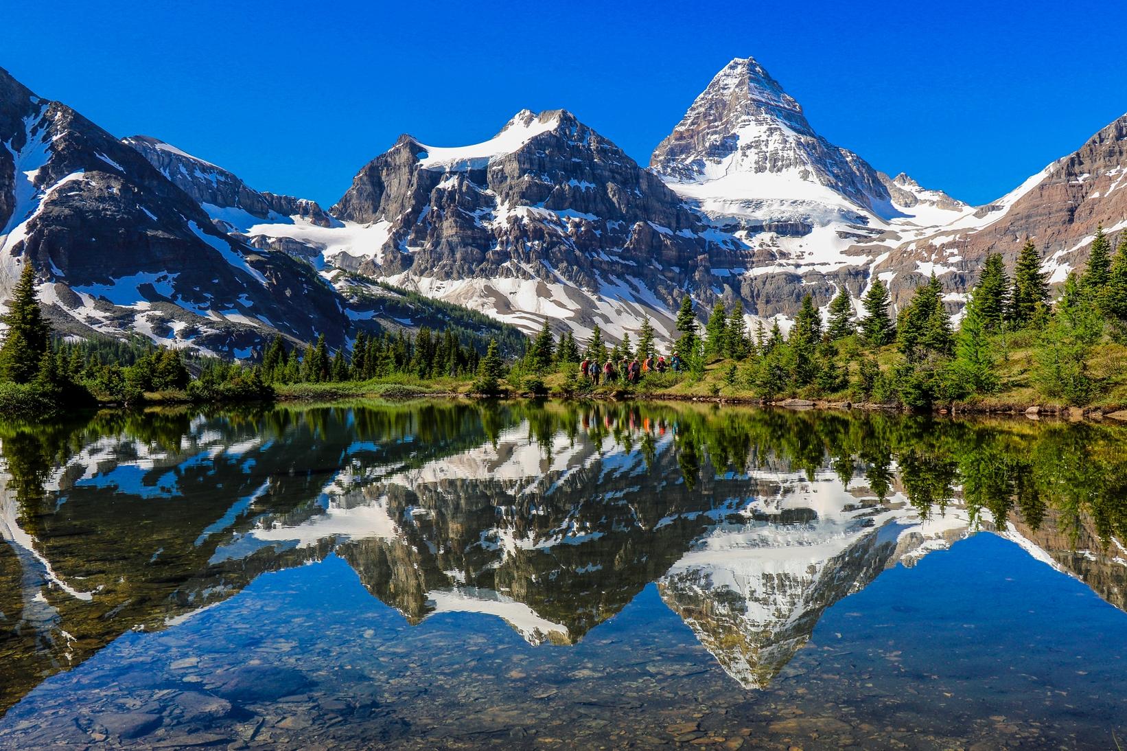 カナディアン・ロッキーの秀峰Mt.アシニボイン(3,618m)の麓でハイキングを楽しむ