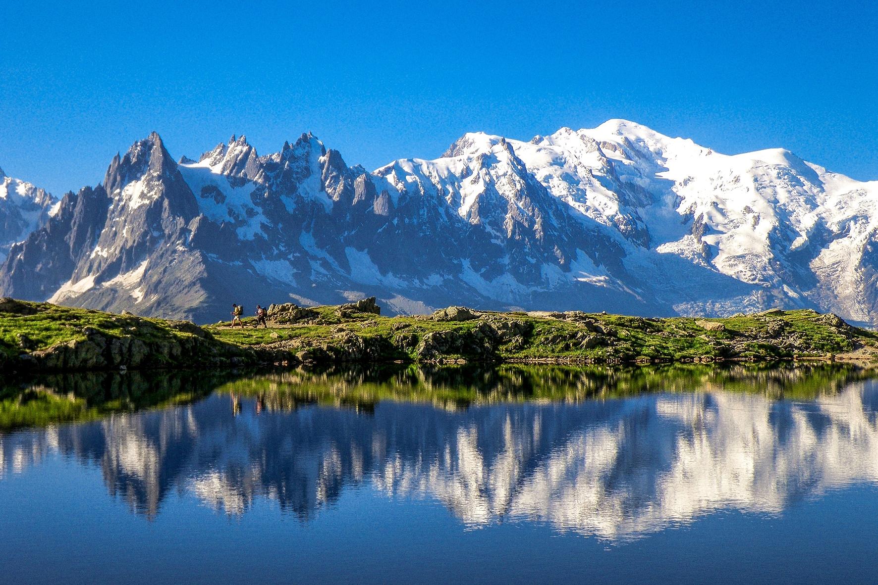 シェズリー湖から望むモンブラン(右奥/ 4,807m)とシャモニ針峰群(フランス)