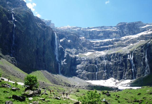 岩壁がそびえるガバルニー大圏谷にはいくつもの滝が流れ落ちる