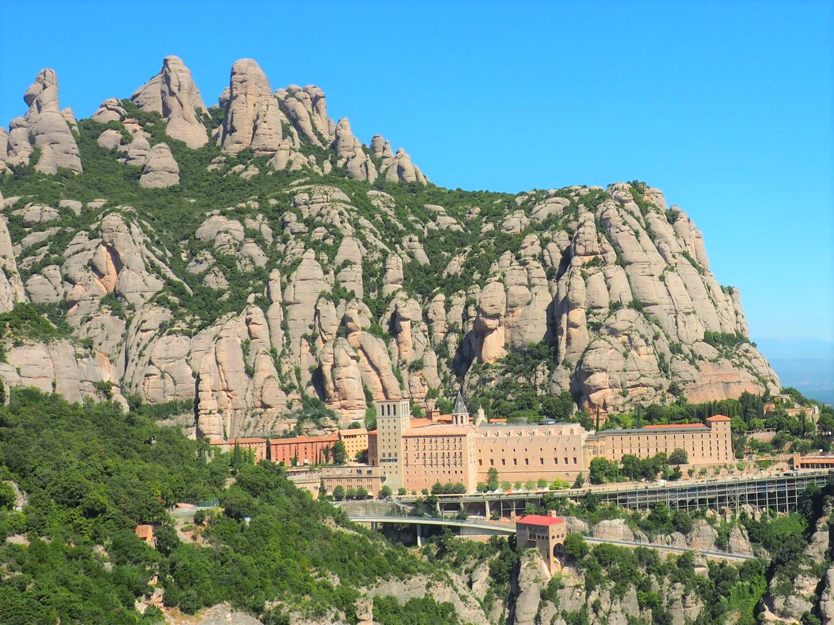 のこぎり山という意味のモンセラットと修道院