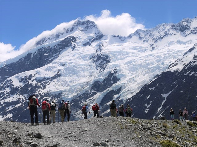 Mt.セフトンが抱く巨大な氷河を眼前に仰ぎ見ながらハイキングを楽しむ。アオラキ/マウントクック国立公園にて