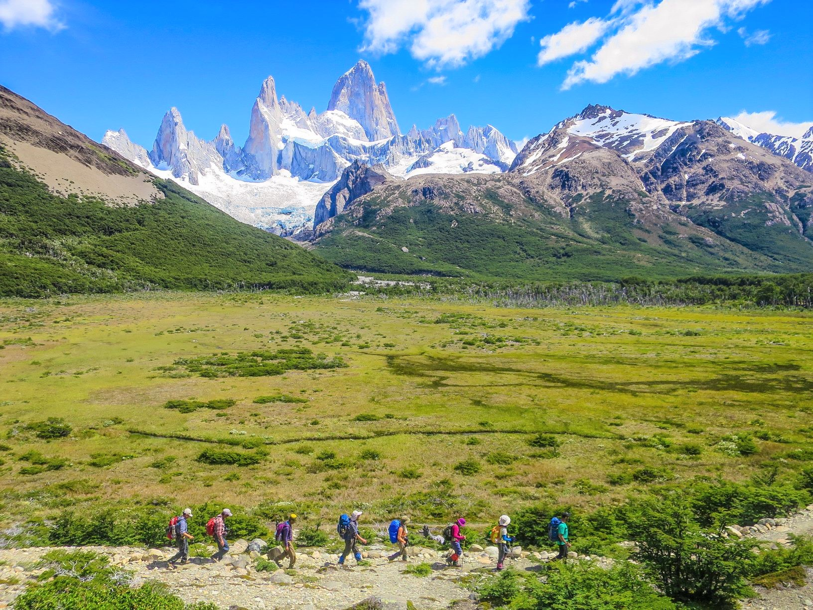 パタゴニアの名峰フィッツロイ山群のパノラマを眺めながらトレッキングを楽しむ(アルゼンチン)