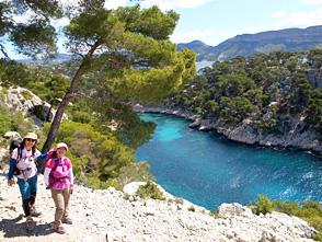地中海の美しい入江、カランクのハイキング