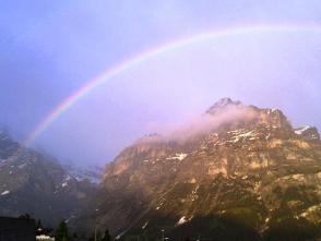 グリンデルワルトに出た虹を見上げる