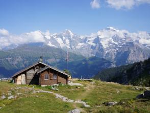 Bコースでは絶景を誇る山小屋にも宿泊