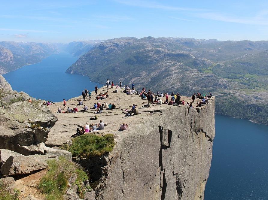 ノルウェー3つのフィヨルド展望ハイキング
