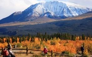 新雪をまとったクルアニ周辺の山々