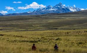 広大な高原地帯から望む氷雪峰