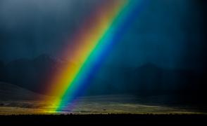 空から舞い降りた鮮やかな虹