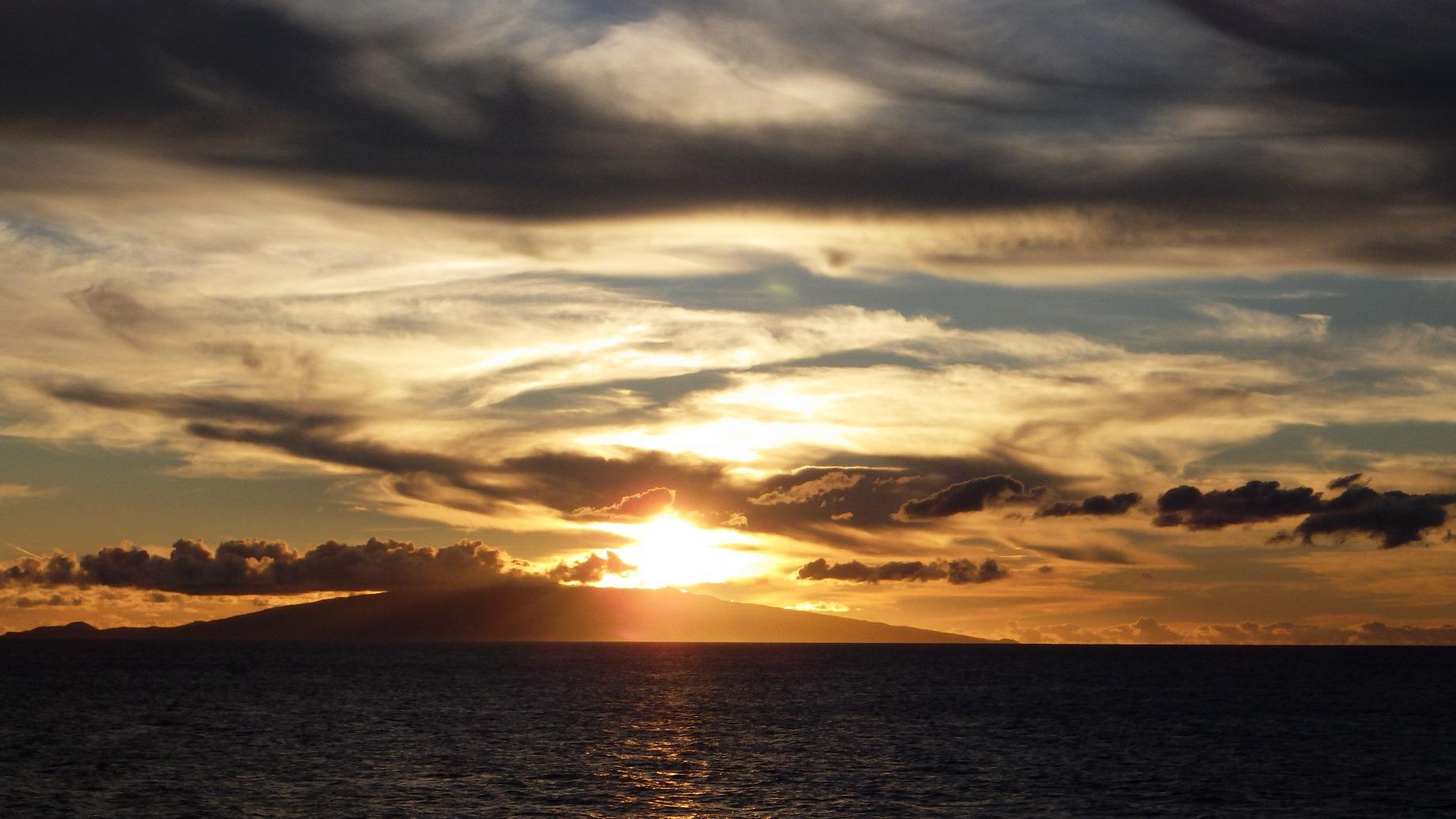 船上から眺めるファイアル島