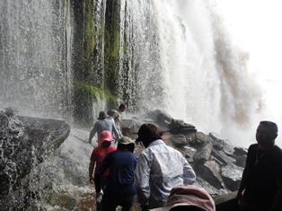 滝裏歩きでびしょ濡れに