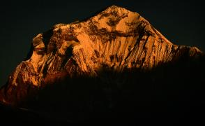 朝陽に染まるダウラギリⅠ峰(8,167m