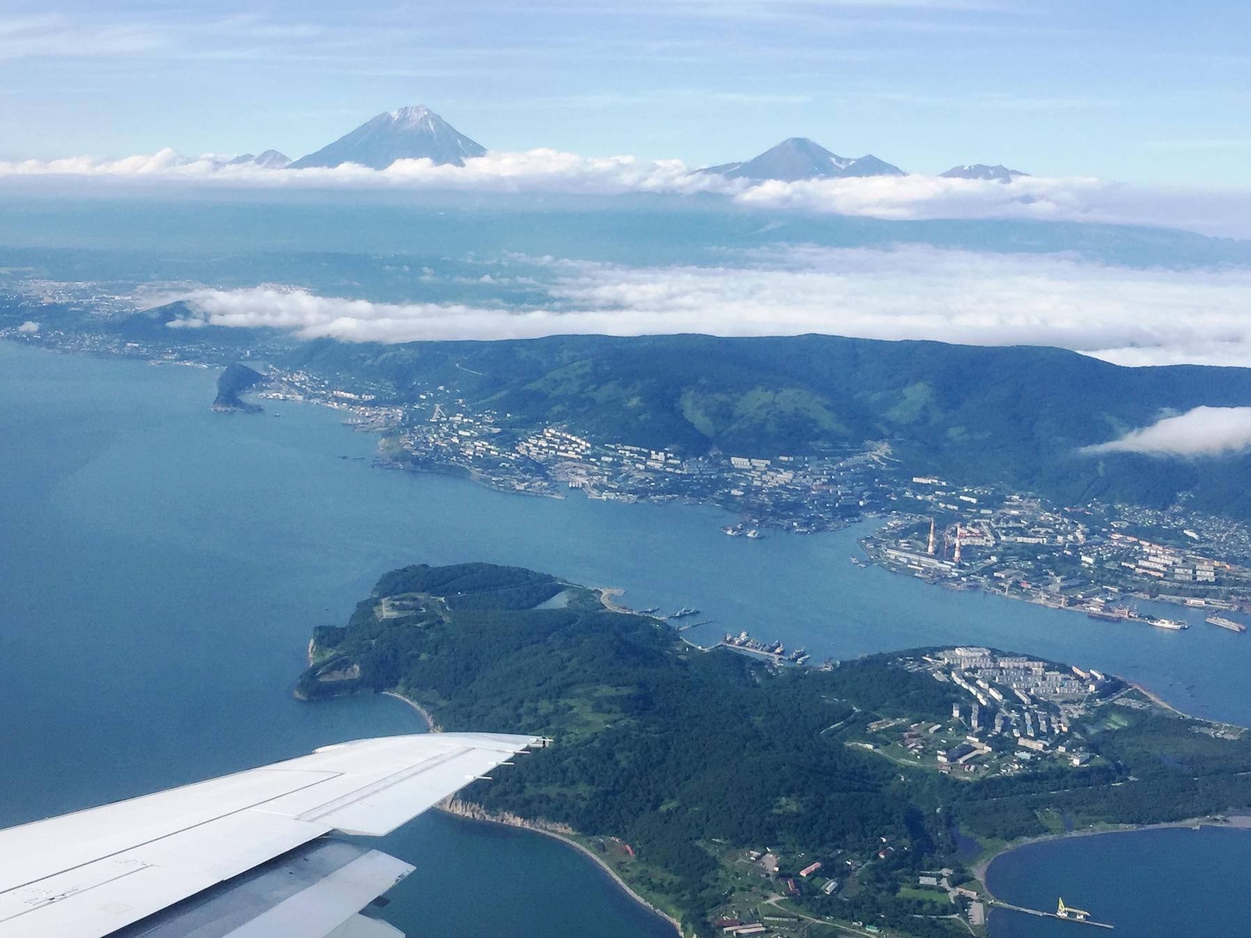 機窓からコリャーク山(写真左)とアバチャ