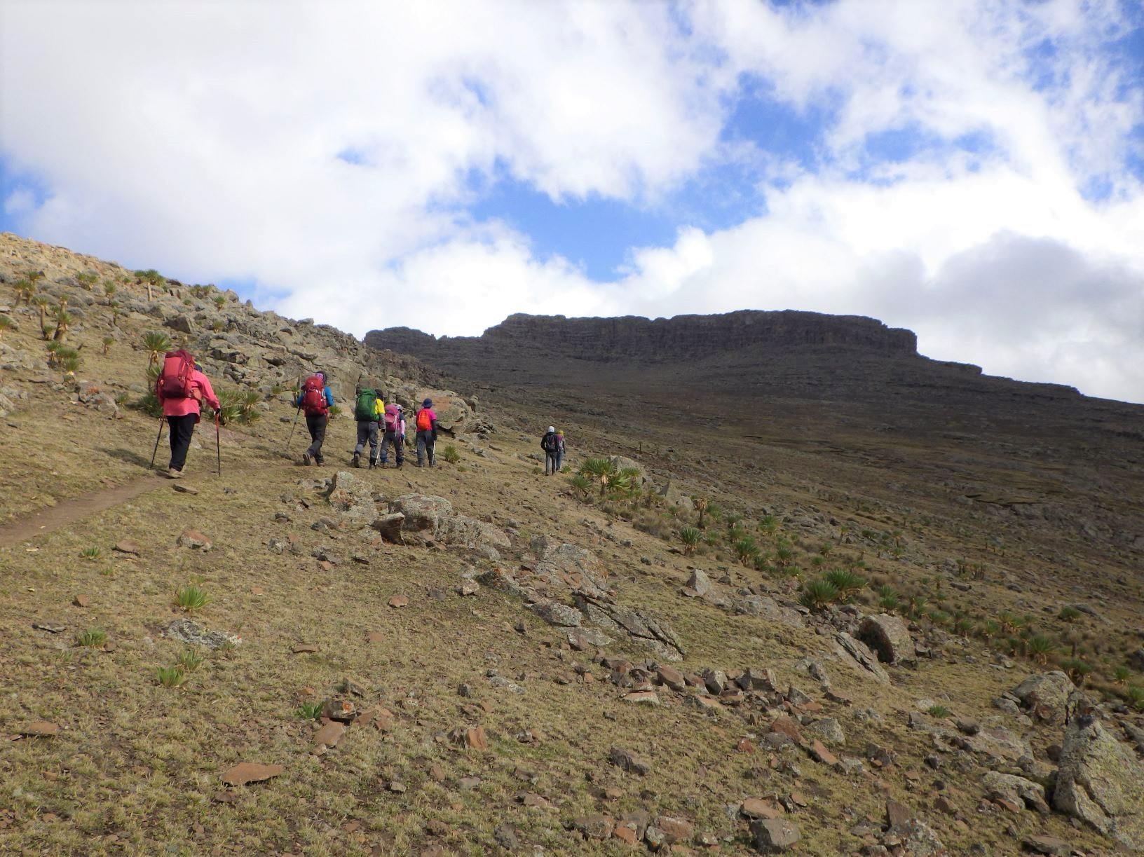 ラスダシャンの岩壁を眺めながら山頂へ