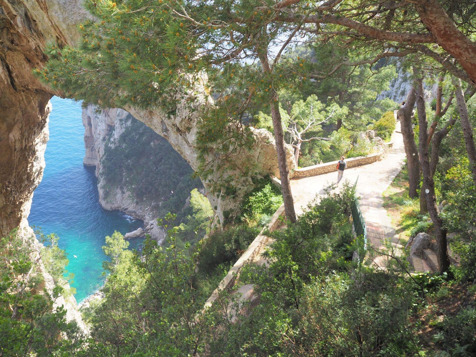 3月14日出発「至福の南イタリア・ハイキング 紺碧の海と断崖、小さな街を巡る旅 9日間」