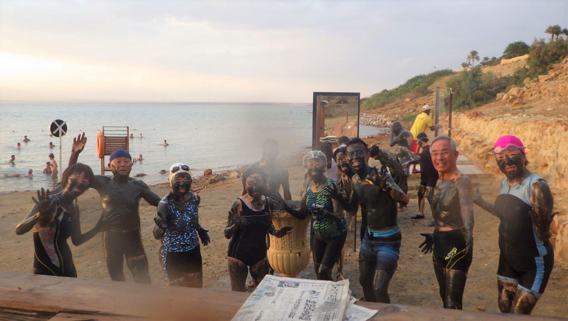 死海で泥パック体験