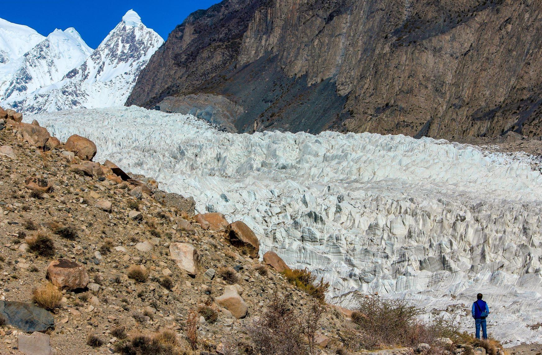 僅か1時間のハイキングで望むパスー氷河