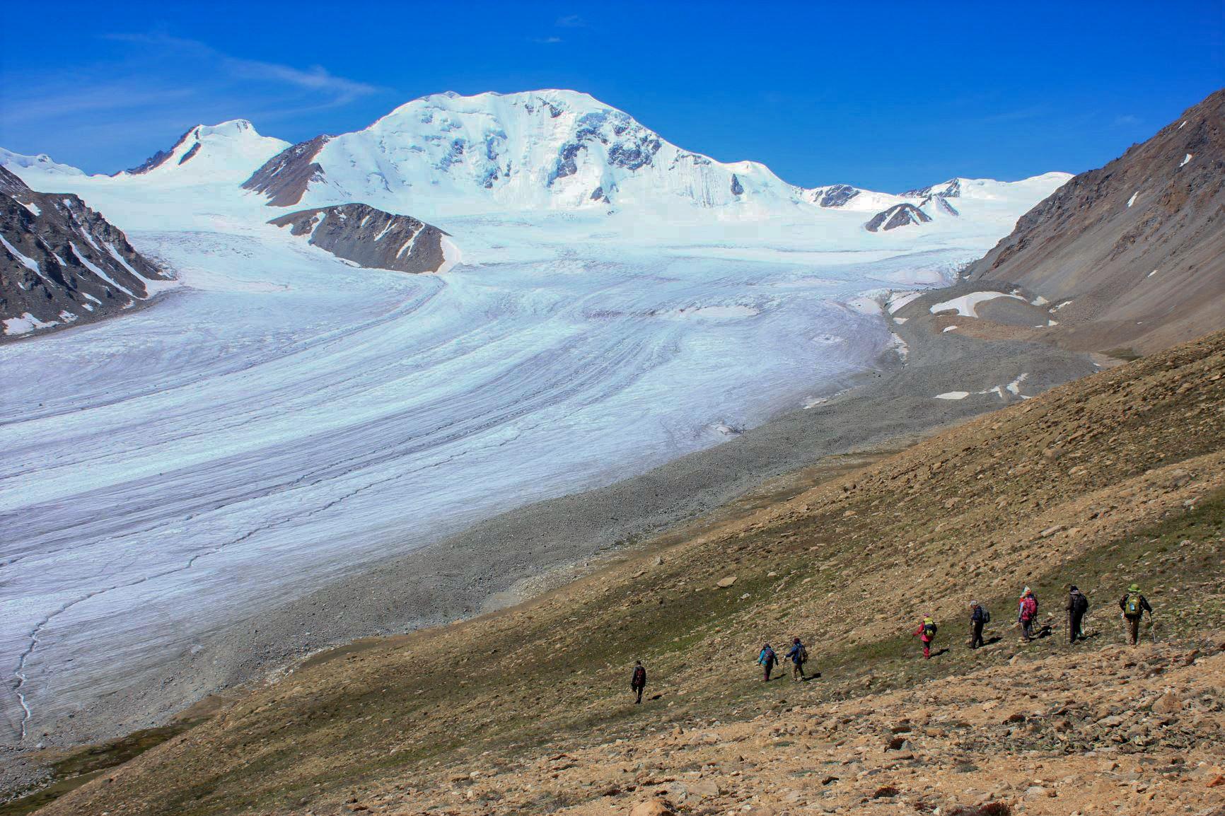 モンゴルには雄大な氷河もある