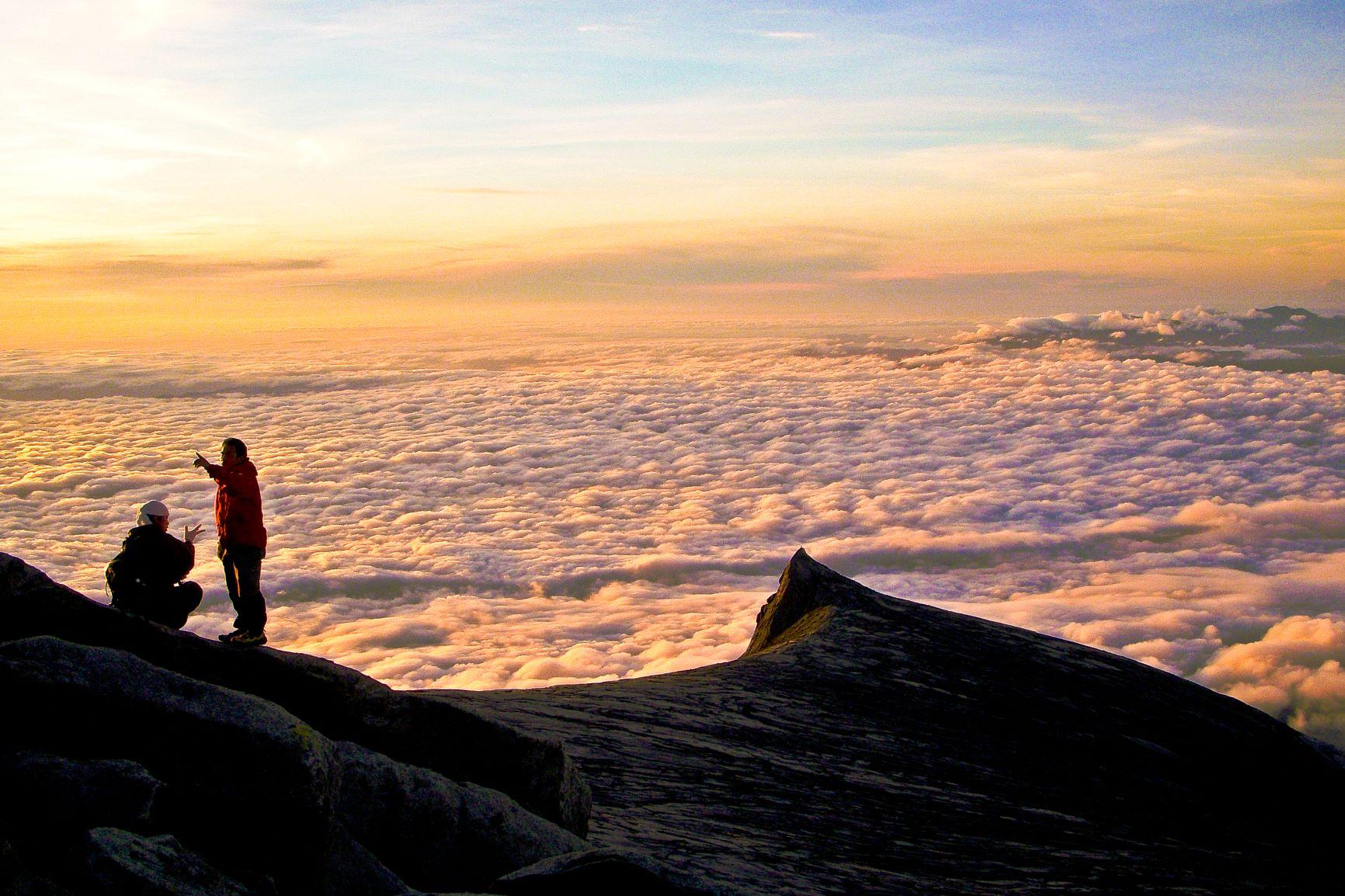頂上台地でむかえた朝焼け