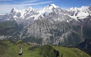 ベルナーオーバーラント三山を眺める