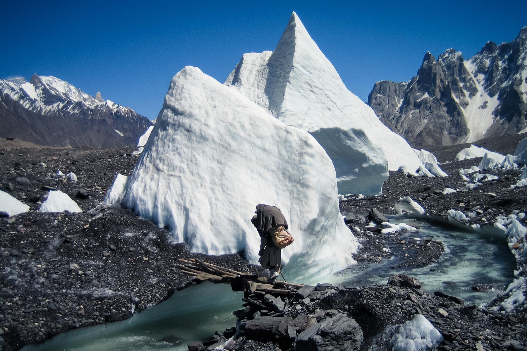 氷河の脇を通過することもしばしば
