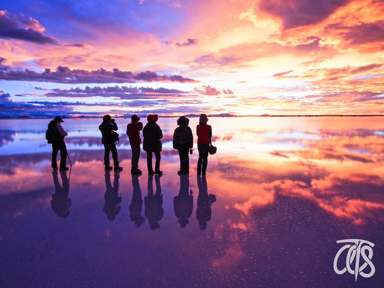 ウユニ塩湖でむかえる絶景の夕陽