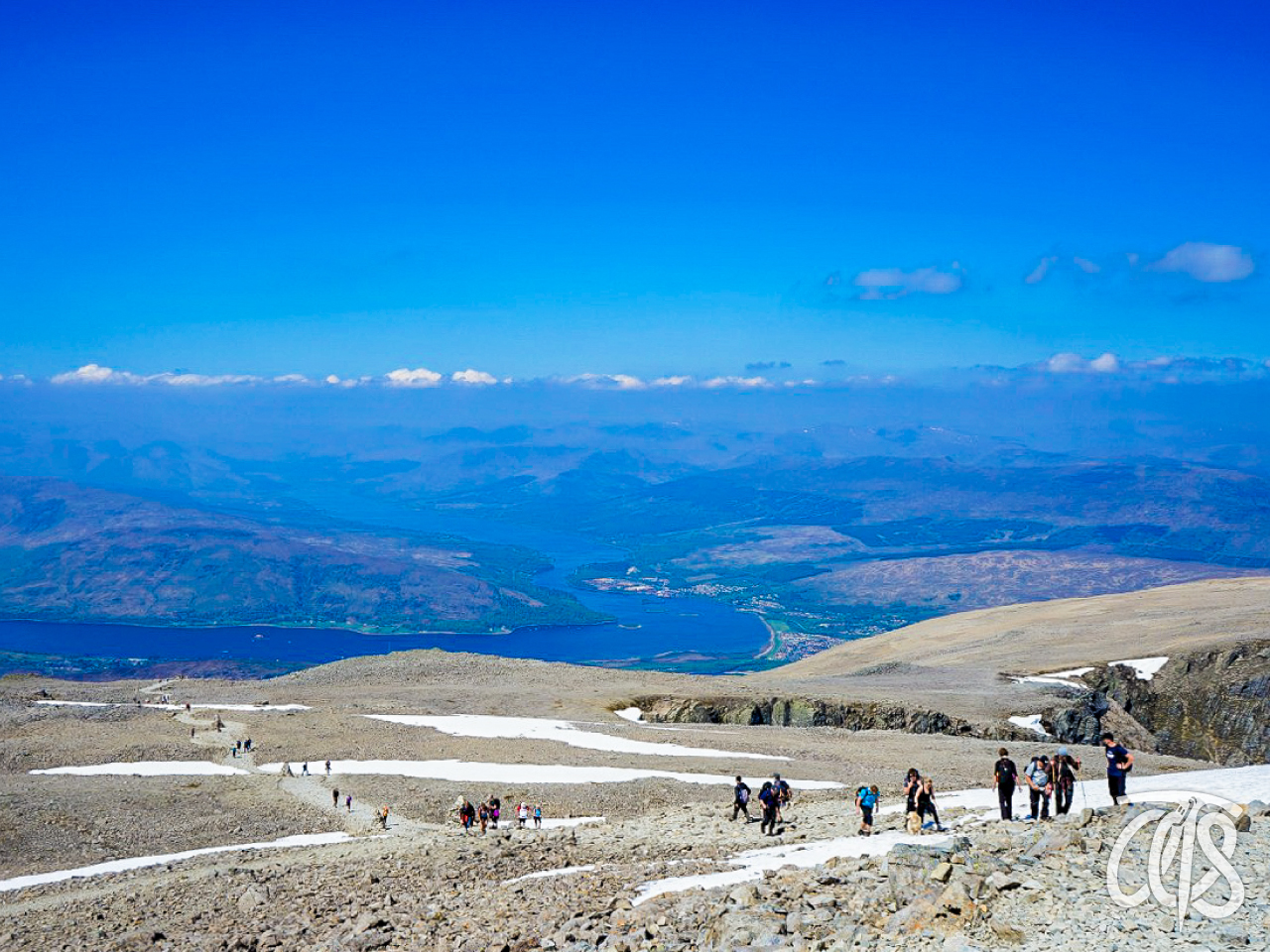 傾斜が緩くなってきた山頂付近をいく登山者