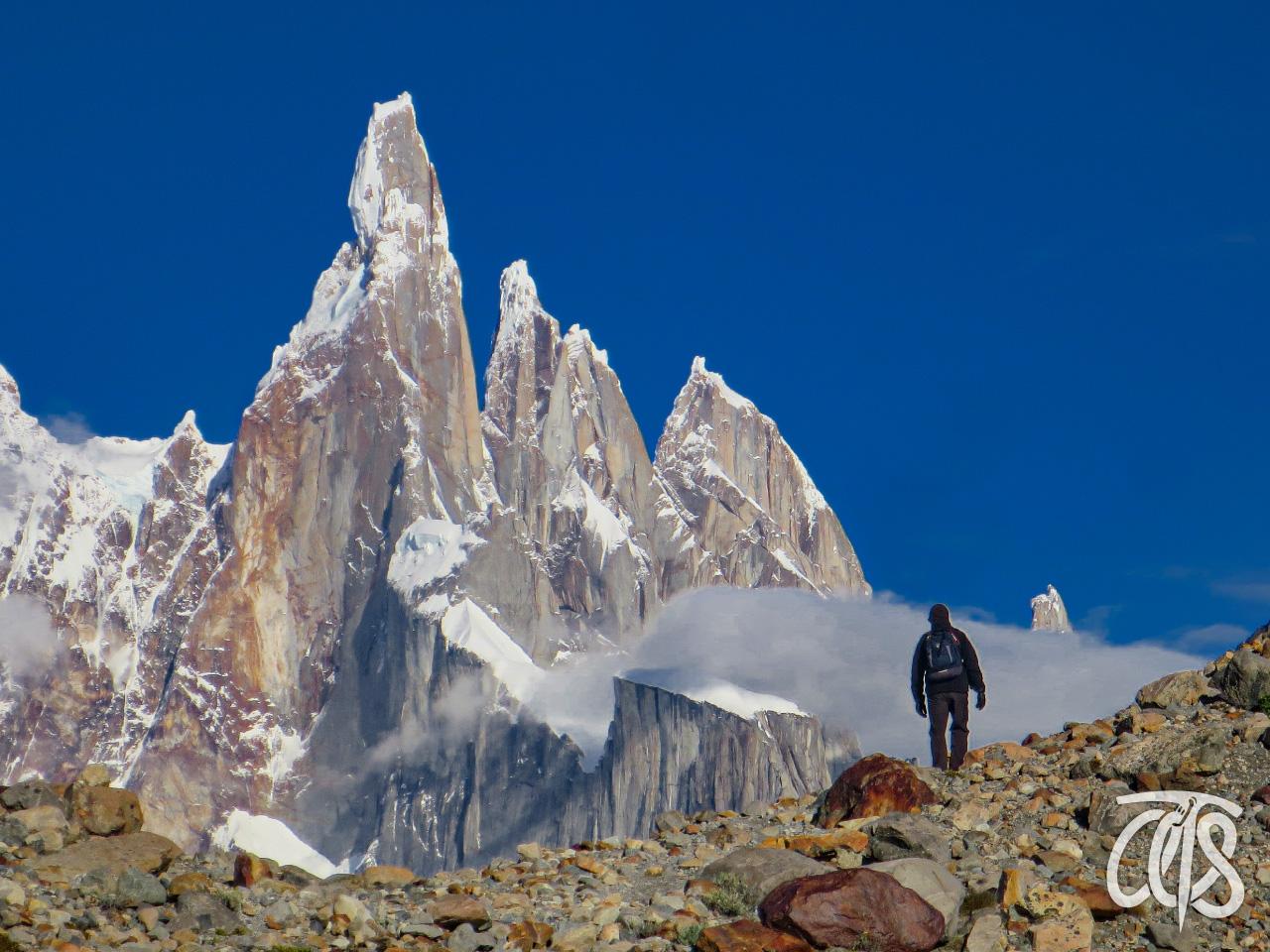 難峰セロ・トーレを正面にトレッキング