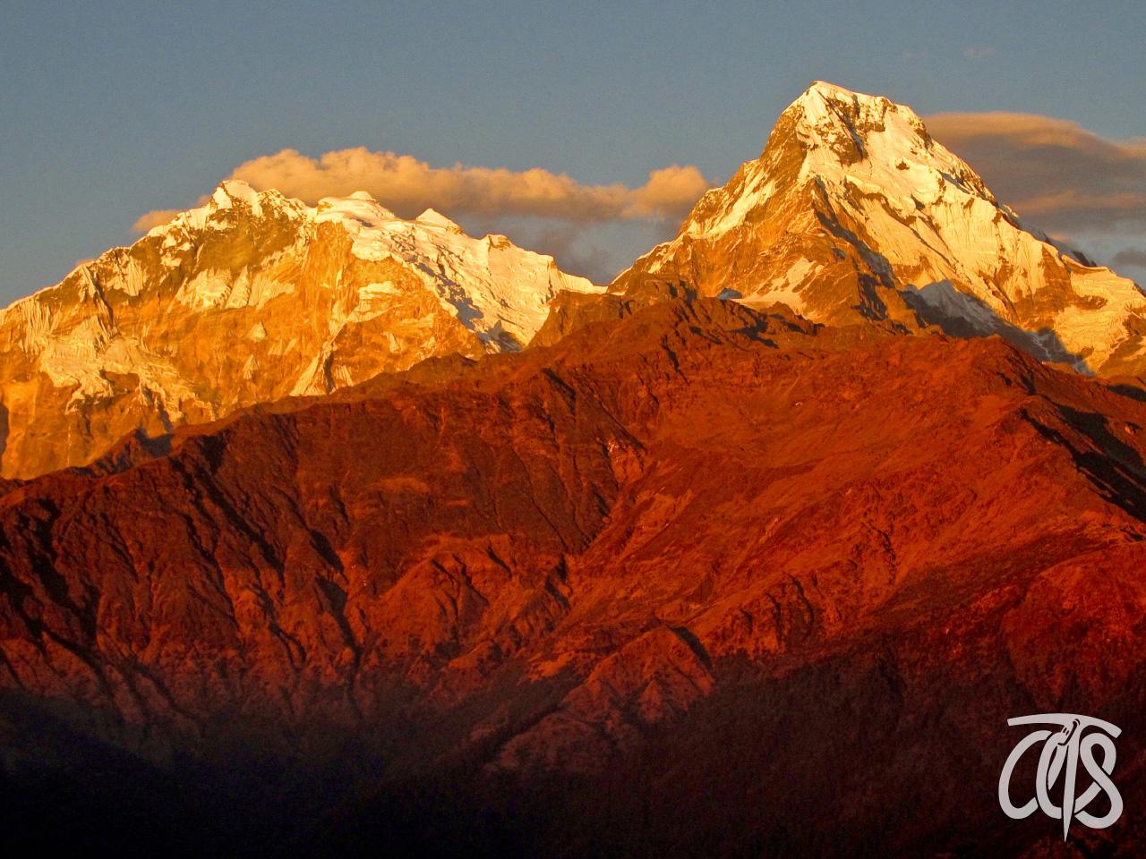 朝日に染まるアンナプルナ山群