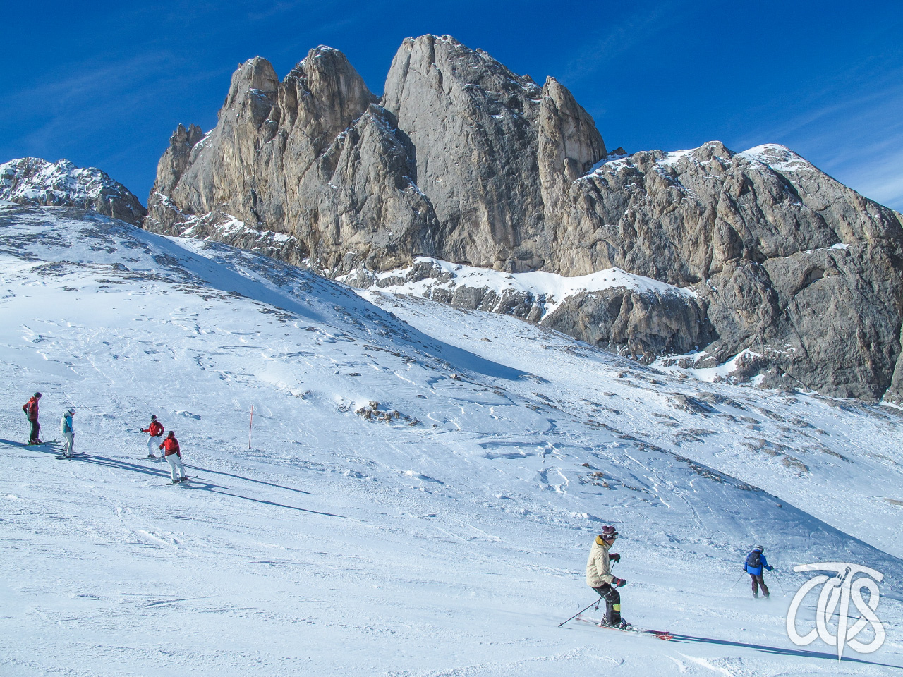 迫力の岩峰群を眺めながらスキーを堪能