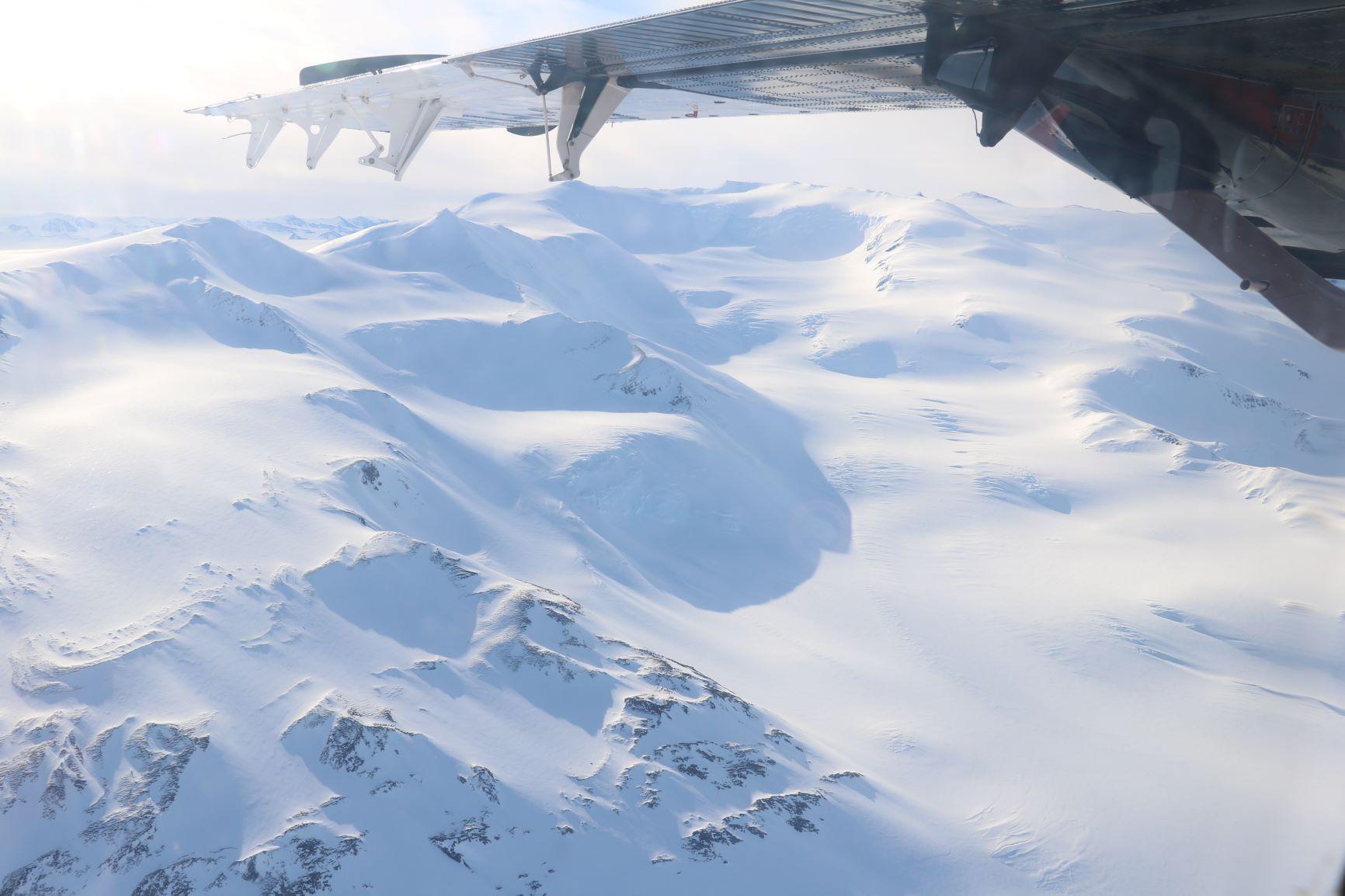 機窓からのどこまでも広がる氷原