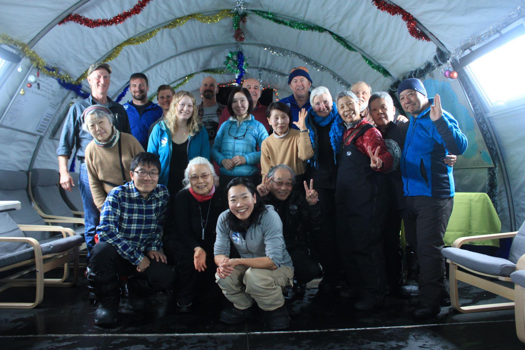 南極点到達記念パーティーで盛り上がる