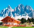 絶景が広がる山小屋に泊り、迫力あるドロミテの岩峰を間近にのぞむ
