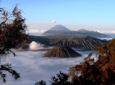 【催行間近・大募集中】9月17日出発 ジャワ島最高峰スメル山登頂と絶景の ブロモ山展望、ボロブドゥール遺跡 8日間