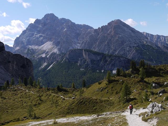 【催行決定・募集中】 10月3日出発 黄葉のスイス・エンガディン滞在と迫力あるドロミテ岩峰ハイキング 9日間
