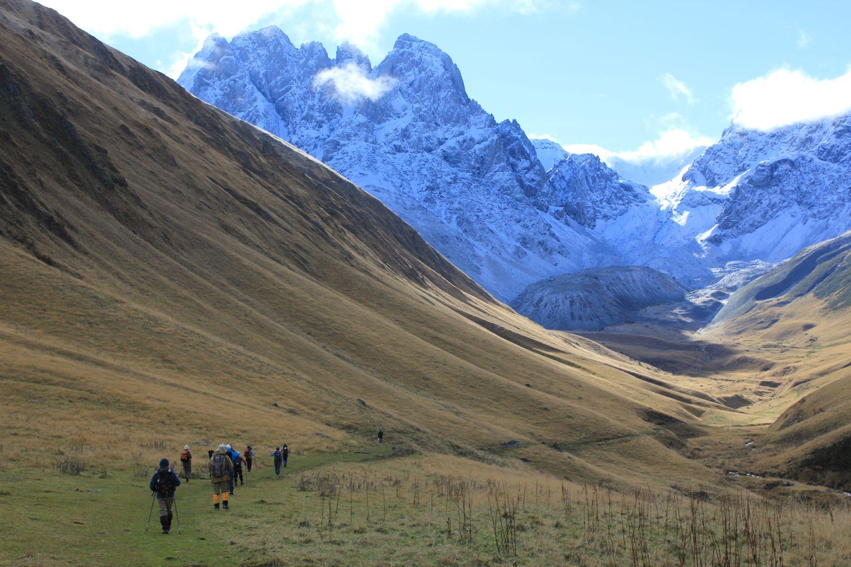 コーカサス山脈カズベキ峰と岩壁チョウキ峰ハイキング 8日間