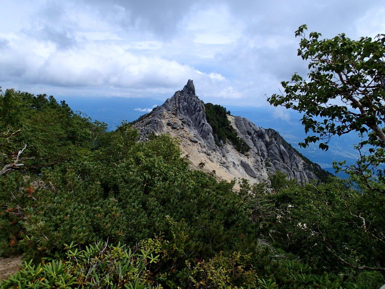 白砂の稜線とオベリスクの岩塔が印象的な縦走路<br>南アルプス 鳳凰三山 2日間