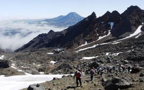 雲上の尾根を登りルアペフ山頂へ(3日目)