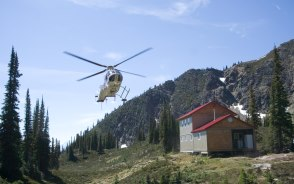 ヘリコプターで荷物を各ロッジに運搬します