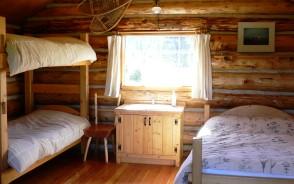 室内には暖房がありベッドでゆっくり休めます