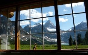 リビングルームの窓から見たMt.アシニボイン