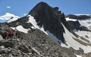 周囲に点在する氷河を巡るハイキングコースへ