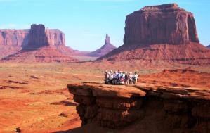 ビュート(残丘)が屹立するモニュメントバレーは憧れの西部劇の世界